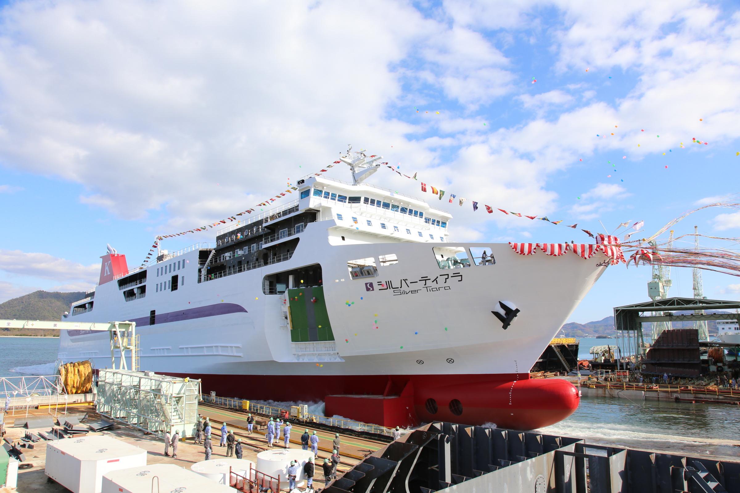 新造船「シルバーティアラ」進水...